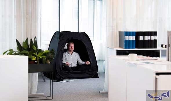 مخترع يبتكر خيمة جديدة لتصفية الذهن تمنع الضوء الخارجي