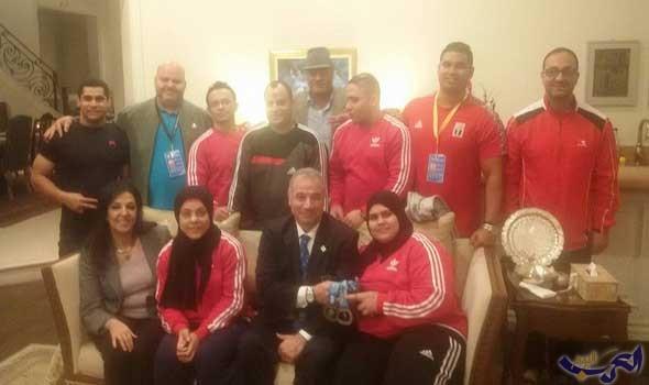 قنصل مصر في لوس أنغلوس تجتمع بمنتخب رفع الأثقال