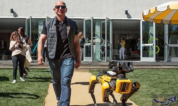 """رئيس أمازون يتنزه بصحبة كلب """"روبوت"""""""